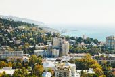 View of Yalta city and Black Sea coastline — Stockfoto
