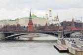 Bridge on River and Kremlin in Moscow in autumn — Foto de Stock