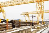 Brückenkrane über Eisenbahn im Außenbereich warehouse — Stockfoto