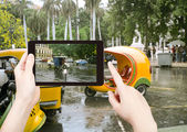 Tourist taking photo of Havana street in rain — Stock Photo