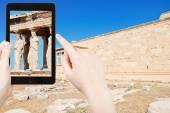 Tourist taking photo of caryatids at acropolis — Stock Photo