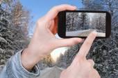 Foto de tomada turístico da estrada do inverno na floresta de neve — Fotografia Stock