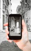 Tourist taking photo of arcades in Havana city — 图库照片