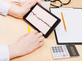 Medic checks patient electrocardiogram — Stock Photo