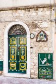 Decoration of urban house door and Trinacria — Foto Stock