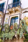 Balcone con la decorazione della casa a Taormina — Foto Stock