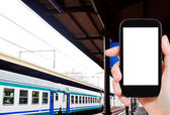 Foto di piattaforma ferroviaria e treno — Foto Stock