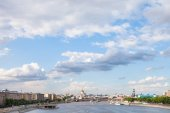 Blue cloudy sky over Moscow city and Moskva River — Stock Photo
