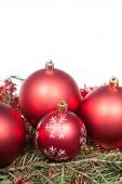 Červené vánoční ozdoby na zelených větví — Stock fotografie