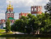 Ancient monastery on the banks of the pond — Стоковое фото