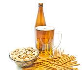 Breadsticks, Antep fıstığı ve hafif bira — Stok fotoğraf