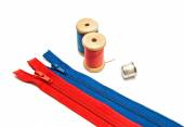 Two zipper, thimble and two spools of thread — Stock Photo