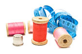 Meter, thimble and spools of thread — ストック写真