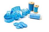 Botones azules, carretes de hilo y meter — Foto de Stock