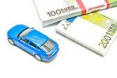 Notas de euro e carro azul — Fotografia Stock