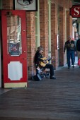 Street performer in Old Sacramento — Stock Photo