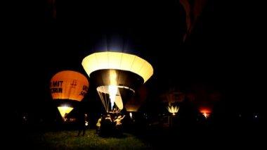 Colorful hot air balloons at night — Vidéo