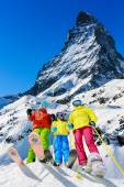 Family winter ski holidays in Zermatt, Switzerland — Stock Photo