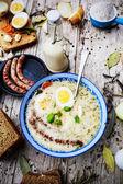 Crema polaca tradicional sopa con huevo y salchicha — Foto de Stock