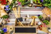 Zahradní nářadí, květů a semen na dřevěné pozadí, rám — Stock fotografie