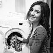 Bir bez çamaşır makinesi koyarak — Stok fotoğraf