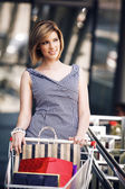 Bella mujer con carrito de compras — Foto de Stock