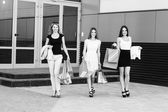 Jonge vrouwen na het winkelen — Stockfoto