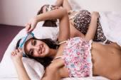 ベッドに Ttwo 美しい女性 — ストック写真