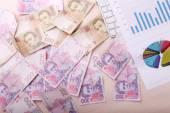 Högen av ukrainska hryvna, på pengar bakgrundhaldy ukrajinského hryvna, na finance pozadí — 图库照片