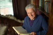 Handsome retired man reading book — Foto Stock