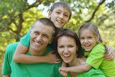 开朗的家庭,在绿色的衬衫 — 图库照片