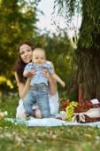 Matka s malým synem na pikniku — Stock fotografie