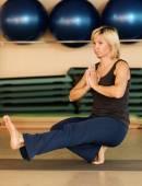 Donna facendo esercizi di yoga — Foto Stock
