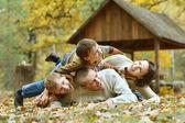 Family relaxing in autumn park — Stock fotografie