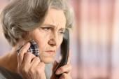 старшие женщины, вызов врача — Стоковое фото