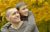 Father and son in autumn park — Foto Stock