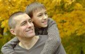 Father and son in autumn park — Fotografia Stock