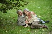 Old people sitting in the autumn park — Stock fotografie