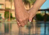 Holding mani insieme — Foto Stock
