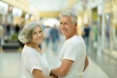Elderly couple in shopping mall — Stockfoto