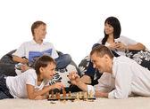 Famille jouant aux échecs — Photo