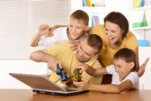 Family playing on laptop — Stockfoto