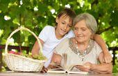 Mormor med sitt barnbarn — Stockfoto