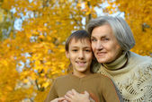 Großmutter mit jungen im Herbst-park — Stockfoto