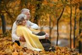 Paar im herbst park — Stockfoto