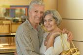 在购物中心的年长夫妇 — 图库照片