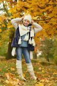 Kız sonbahar Park — Stok fotoğraf