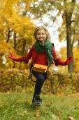 Girl in autumn park — Stockfoto
