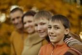 Happy family in autumn park — Stockfoto