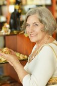 Senior woman at souvenir store — Stock Photo